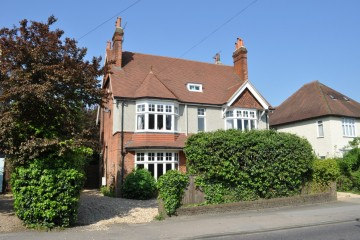 close to Farnham town and station town Trueman & Grundy detached family house