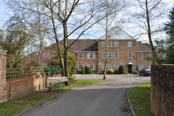 Farnham property for sale Brockhurst Lodge 2 bedroom flat in south Farnham sold by Trueman & Grundy