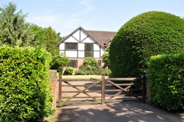Great Austins South Farnham Family house in Great Austins Farnham sold by Trueman & Grundy