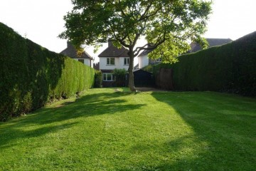 Detached 3 bedroom house in cul de sac with view close to Farnham town sold by Trueman & Grundy