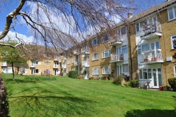 Farnham property for sale Sumner Court Sumner Road Farnham town 2 bedroom flat sold by Trueman & Grundy